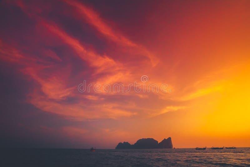 Le coucher du soleil au-dessus de l'Océan Indien Phi Phi Islands images libres de droits