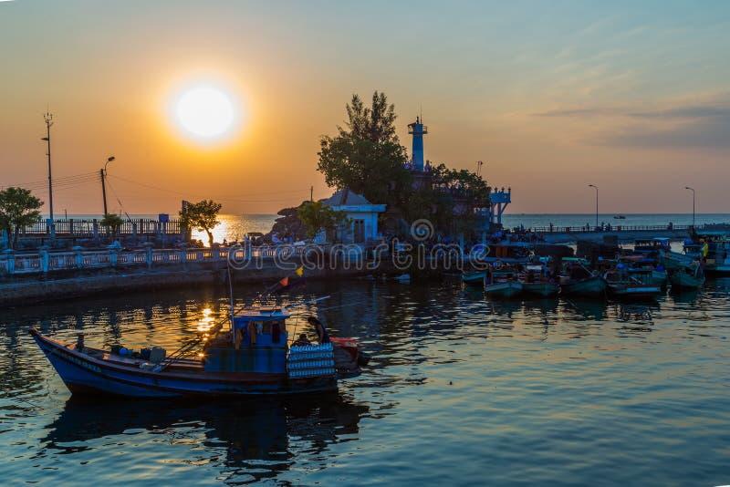 Le coucher du soleil au-dessus des bateaux, ciel fantastique opacifie l'île de Phu Quoc, Vietnam photos stock