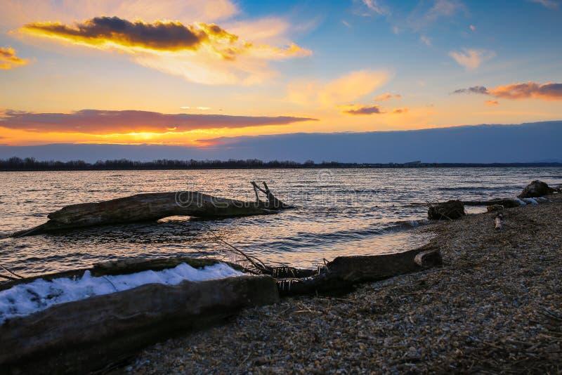 Le coucher du soleil au-dessus du lac image libre de droits