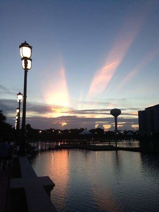 Le coucher du soleil au-dessus du perchoir de grues dans Altamonte Springs, la Floride image libre de droits