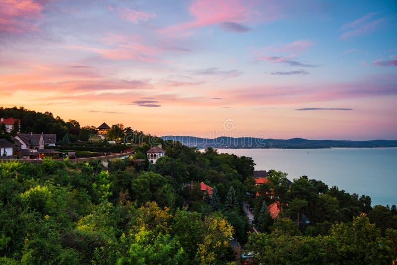 Le coucher du soleil au-dessus du village touristique de Tihany en Hongrie a placé sur le lac Balaton photo libre de droits
