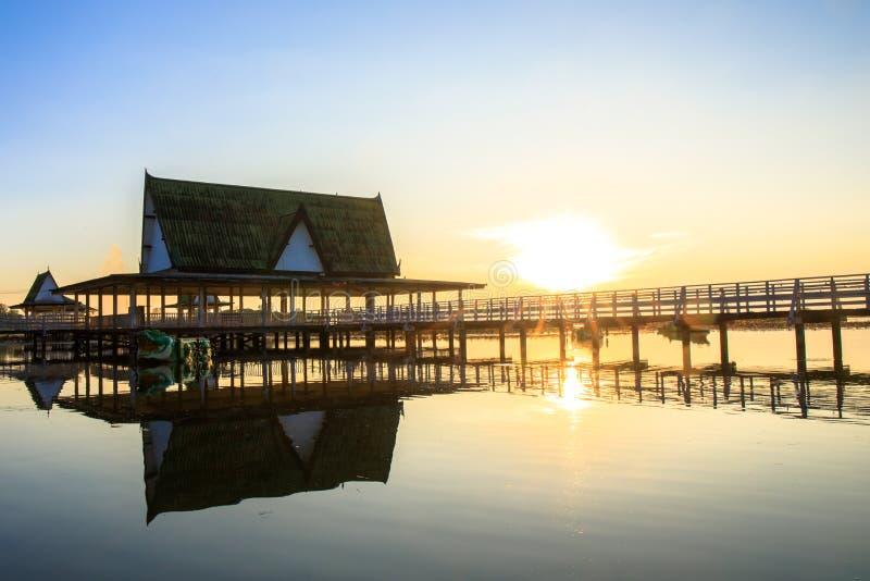 Le coucher du soleil au pavillon sur le lac ou l'étang ou le marais de Bueng voient Fai, Phichit, Thaïlande photographie stock libre de droits
