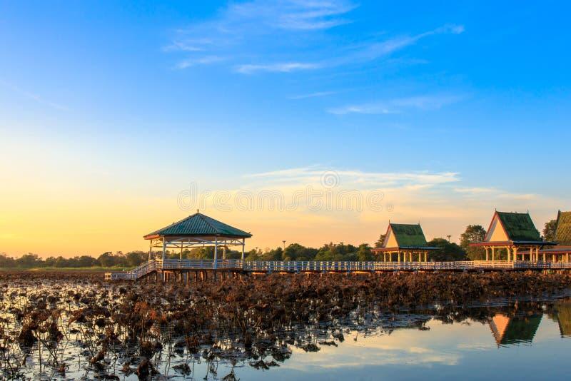 Le coucher du soleil au pavillon sur le lac ou l'étang ou le marais de Bueng voient Fai, Phichit, Thaïlande photographie stock