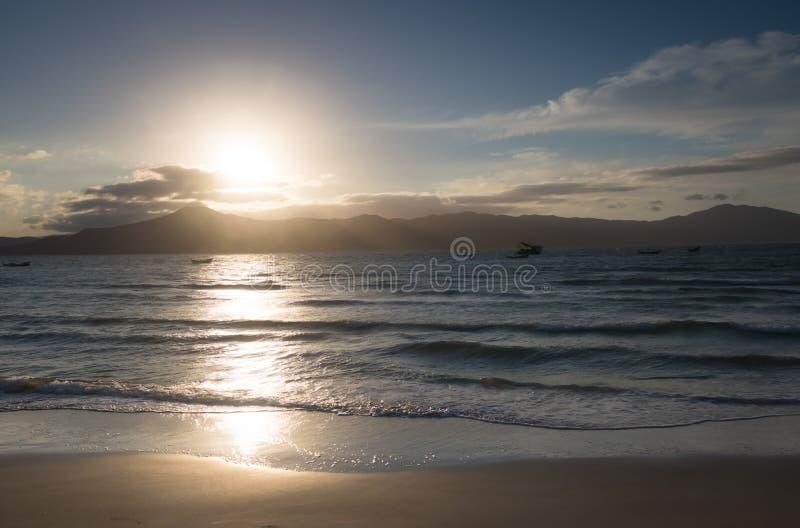 Le coucher du soleil au Praia font la plage de forte - Florianopolis, Santa Catarina, Brésil image stock