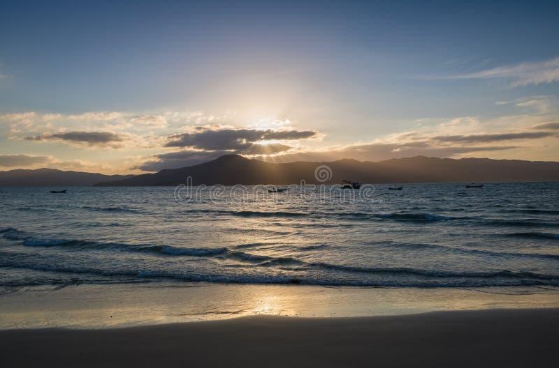Le coucher du soleil au Praia font la plage de forte - Florianopolis, Santa Catarina, Brésil photographie stock libre de droits