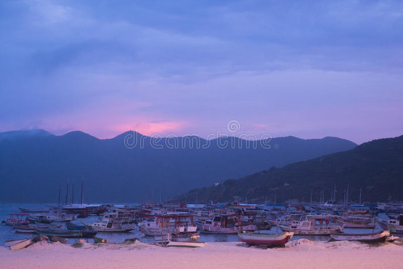 Le coucher du soleil chez Arraial font le port de Cabo image stock