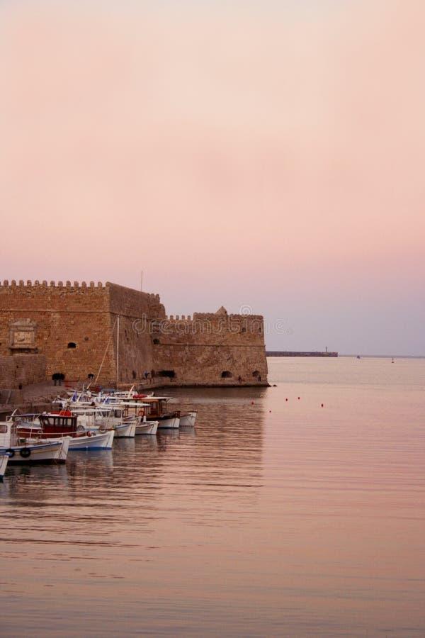 Le coucher du soleil colore le port de Chania, Crète photos stock