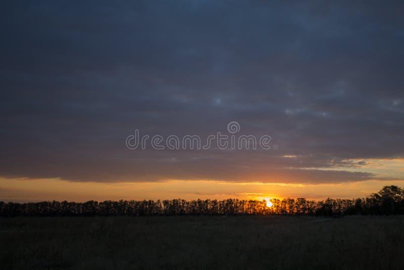 Le coucher du soleil cramoisi image libre de droits
