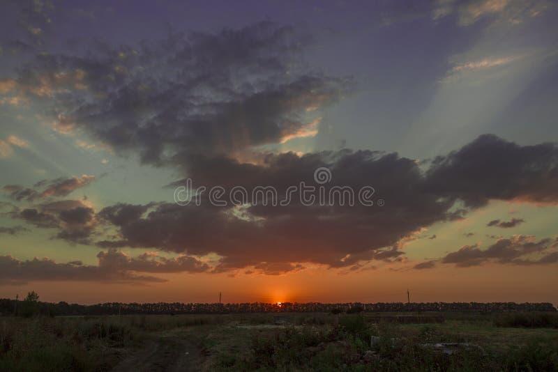 Le coucher du soleil cramoisi image stock