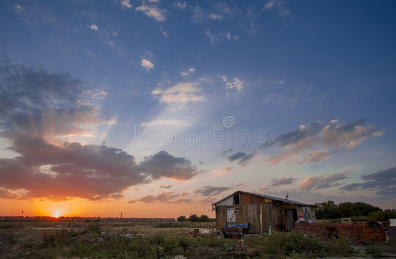 Le coucher du soleil cramoisi photo stock