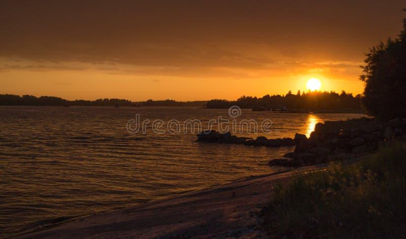 Le coucher du soleil d'un jour d'été photo libre de droits
