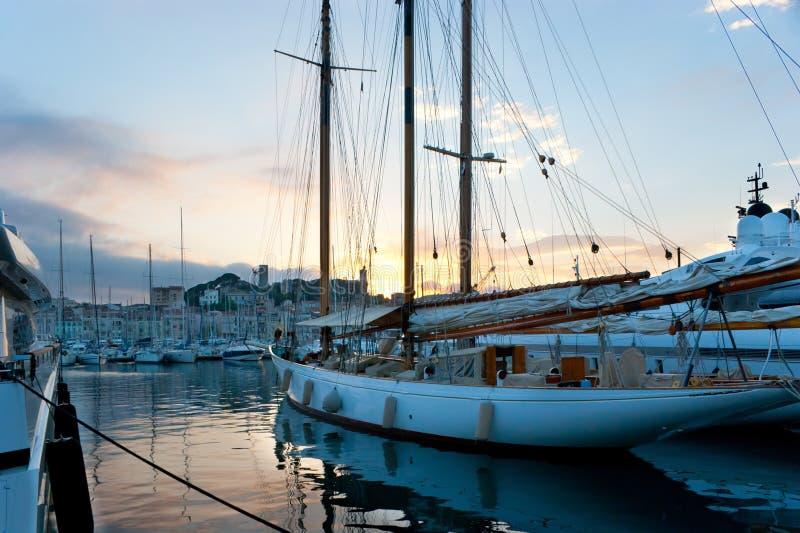 Le Coucher Du Soleil Dans Le Port Image libre de droits