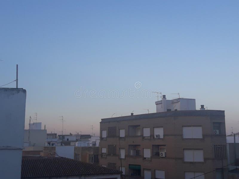 Le coucher du soleil dans une ville image stock