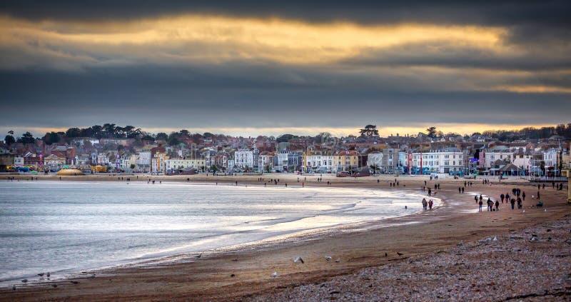Le coucher du soleil de l'hiver au-dessus de la plage de Weymouth photos stock