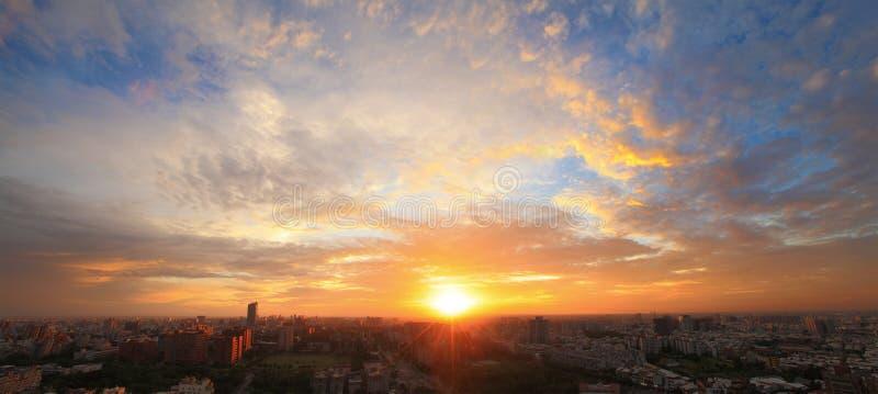 Le coucher du soleil de la ville images libres de droits