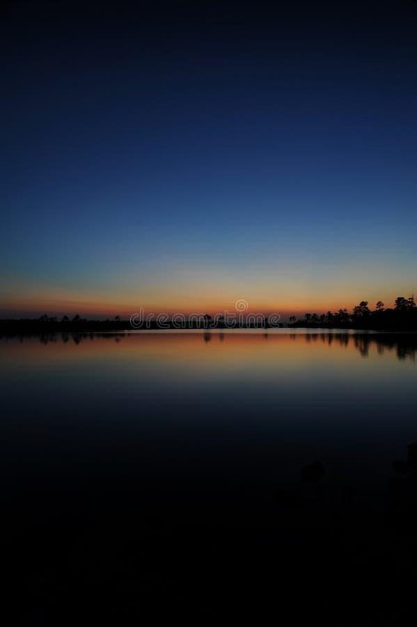 Le coucher du soleil de marais image stock