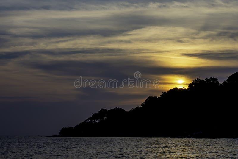 Le coucher du soleil derrière l'île en mer chez Koh Kood, Trat en Thaïlande photos stock