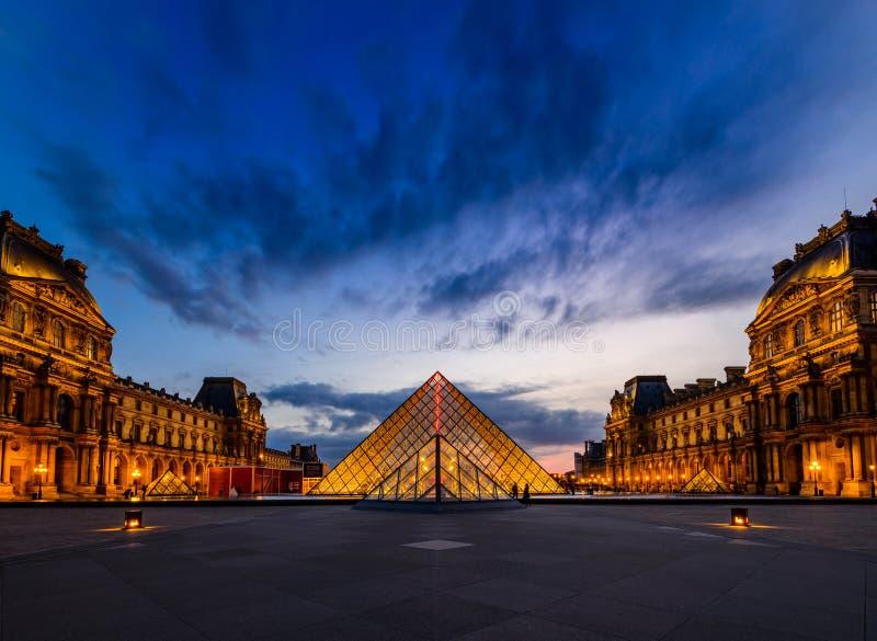 Le coucher du soleil du musée de Louvre photos libres de droits