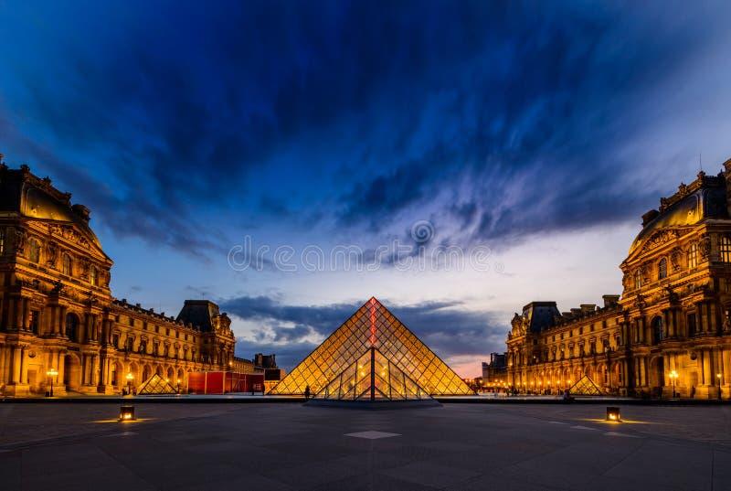 Le coucher du soleil du musée de Louvre images libres de droits