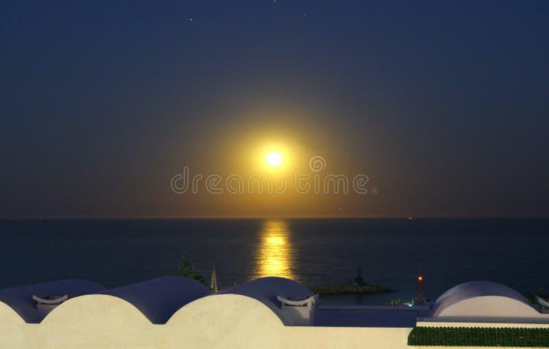 Le coucher du soleil est à Tunis image stock