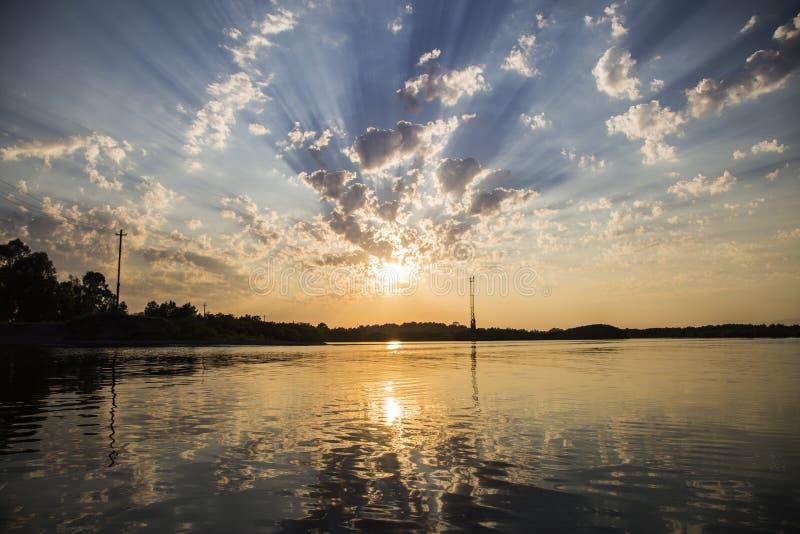 Le coucher du soleil est réfléchi sur la surface du lac photo libre de droits