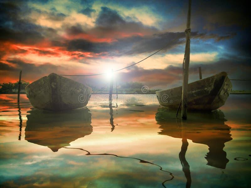 Le coucher du soleil et deux bateaux de pêche photo stock