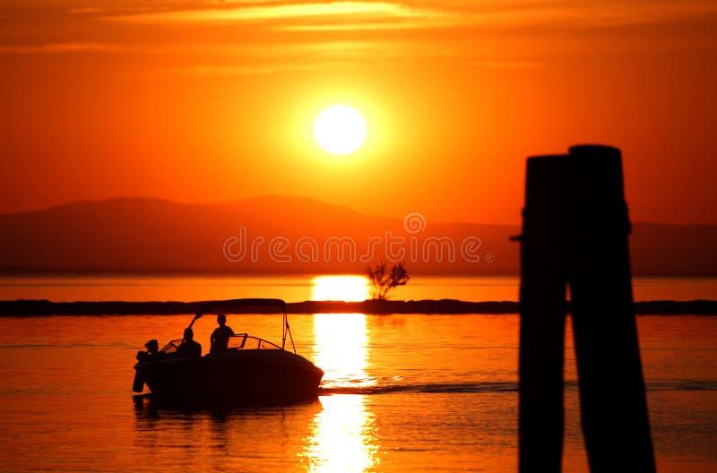 Le coucher du soleil et le bateau image libre de droits