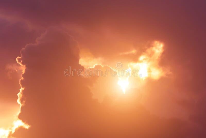 Le coucher du soleil léger chaud d'éclat divin du ciel fend les rayons des cumulus photographie stock