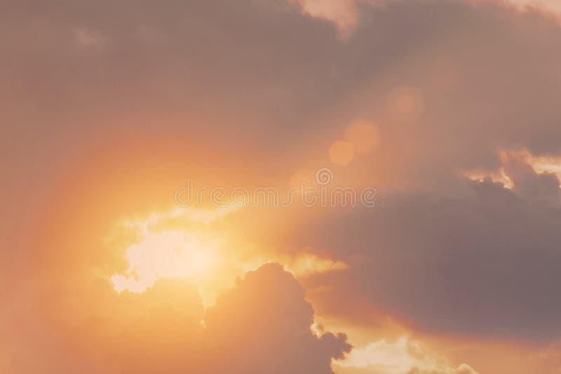 Le coucher du soleil léger chaud d'éclat divin du ciel fend les rayons du nuage images libres de droits