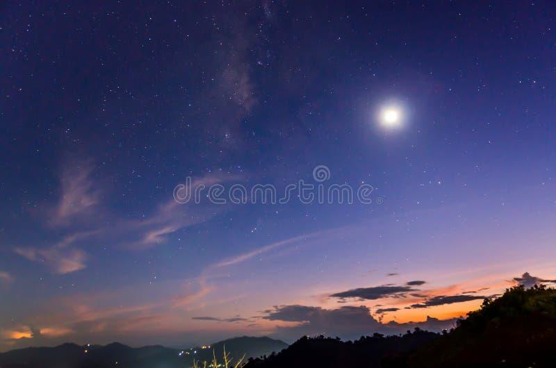 Le coucher du soleil, lune, se tient le premier rôle photo stock