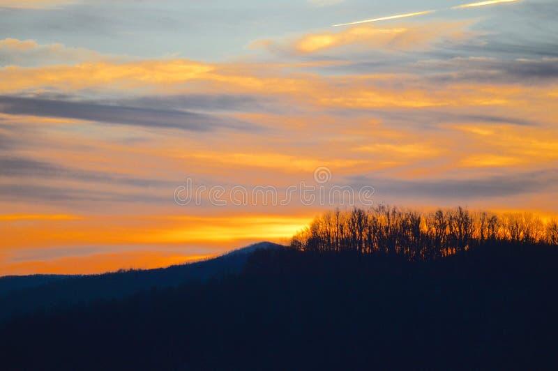 Le coucher du soleil magnifique au-dessus des montagnes de Boone, la Caroline du Nord pendant l'hiver images stock