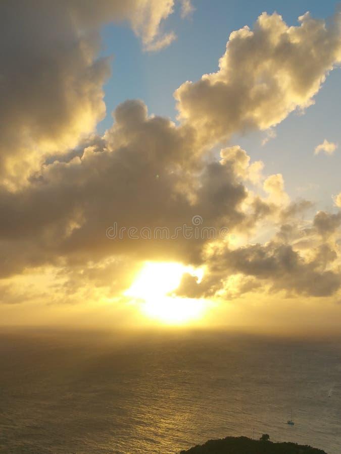 Le coucher du soleil opacifie l'Antigua image libre de droits