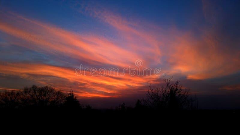 Le coucher du soleil opacifie le ciel rouge photo libre de droits