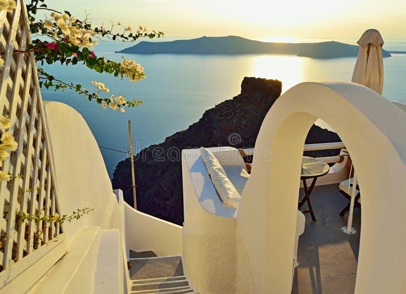 Le coucher du soleil panoramique d'île de Santorini de terrasse regarde la Grèce photographie stock libre de droits