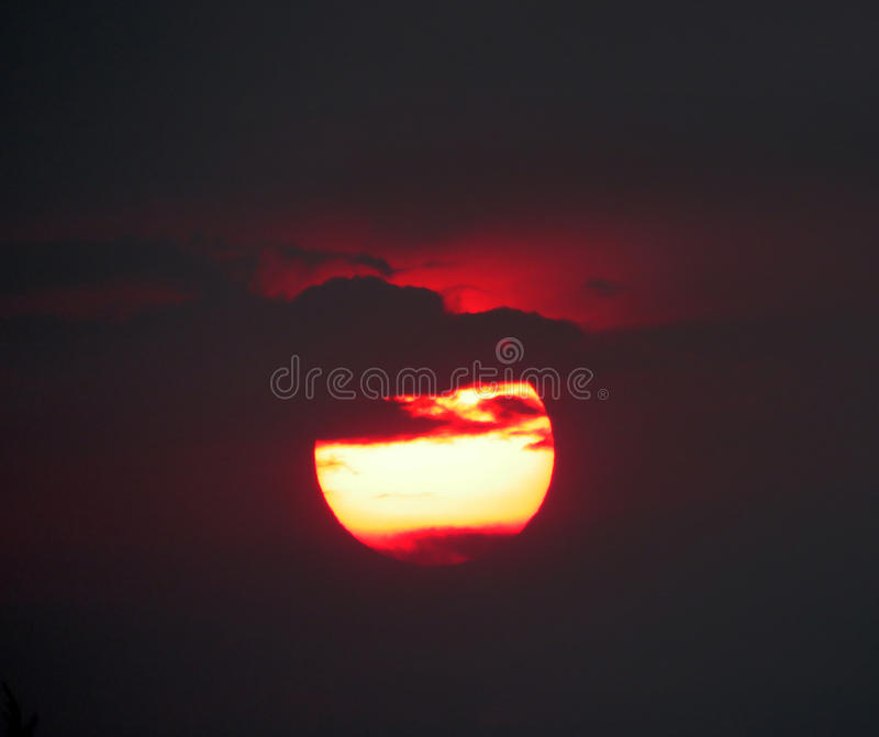 Le coucher du soleil rouge, le soleil est dramatique dans l'atmosphère fumeuse due aux feux de forêt photos libres de droits