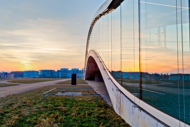 Le coucher du soleil s'est reflété d'un immeuble de bureaux moderne photographie stock