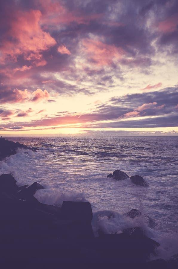 Le coucher du soleil scénique à Puerto de la Cruz, couleur a modifié la tonalité l'image, Ténérife image libre de droits