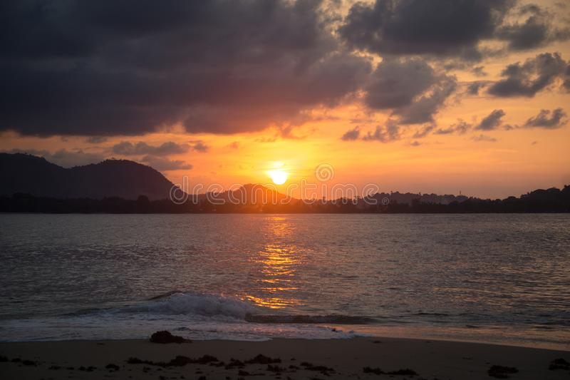 Le coucher du soleil sur la petite île en Papouasie image libre de droits