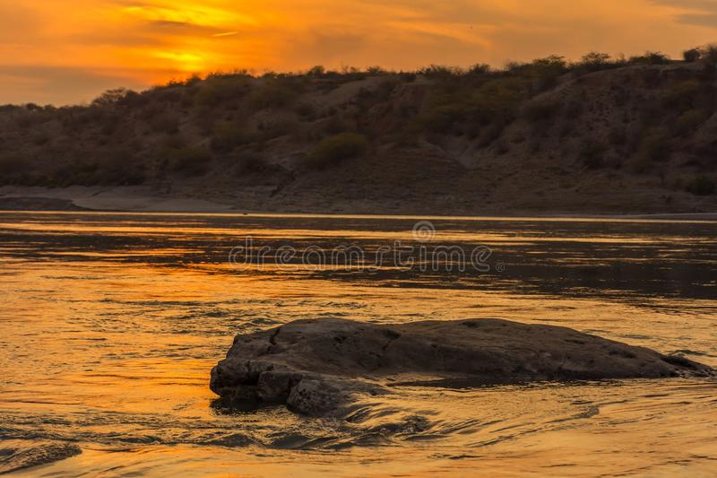 Le coucher du soleil sur la rive image stock