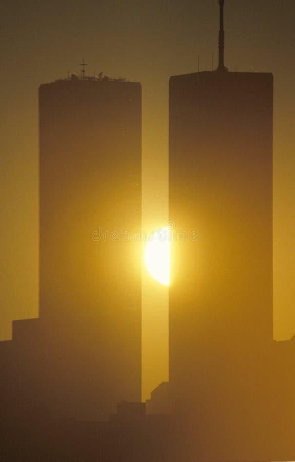 Le coucher du soleil sur le commerce mondial domine, New York City, NY photos stock