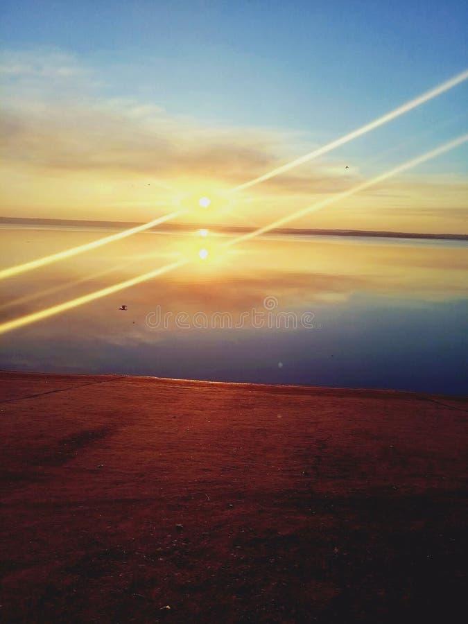 Le coucher du soleil tranquille sur la rivière de Dnipro photos stock