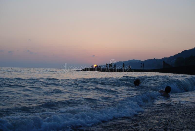 Le coucher du soleil voient l'été image stock