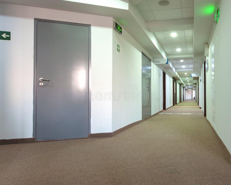 Le couloir dans le bâtiment moderne d'hôtel photos stock