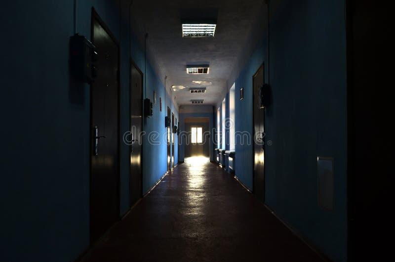 Le couloir sombre d'un édifice public négligé L'espace public dans un buildin ayant beaucoup d'étages résidentiel pauvre image stock