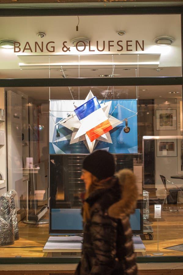 Le coup de magasin de l'électronique et olufsen avec le drapeau français après PA image libre de droits