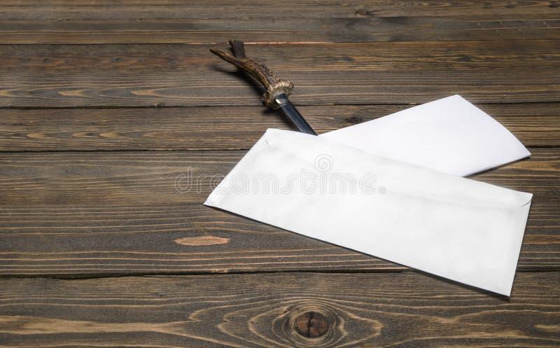Le coupe-papier de vintage fend l'enveloppe avec une lettre image libre de droits