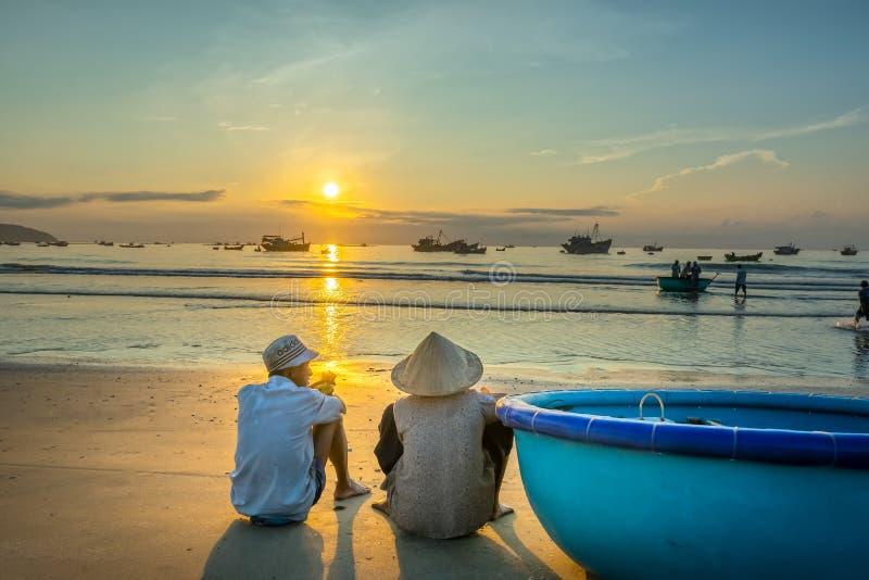 Le couple âgé sur une belle plage à l'aube photographie stock libre de droits