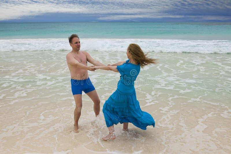 Le couple affectueux est tourné sur le bord de la mer, île de Cayo Largo, Cuba photos stock