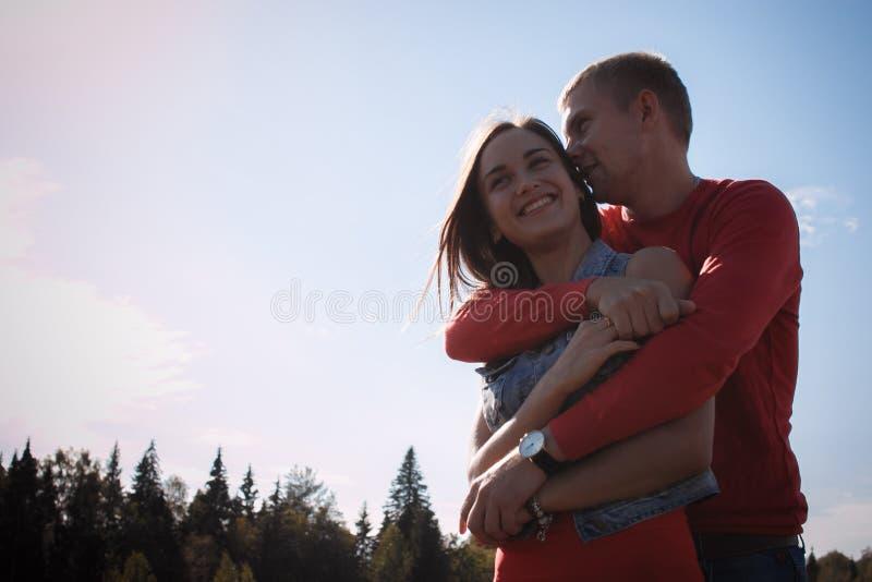 Le couple affectueux marche sur le champ de blé photographie stock libre de droits