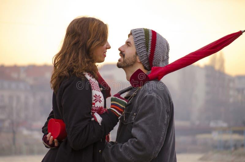 Le couple affectueux regardant chaque autres observe dehors images stock
